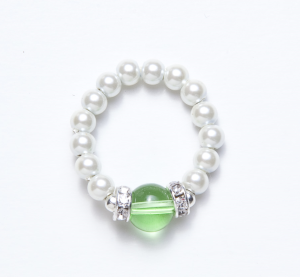 white beaded stretch ring with peridot bead accent